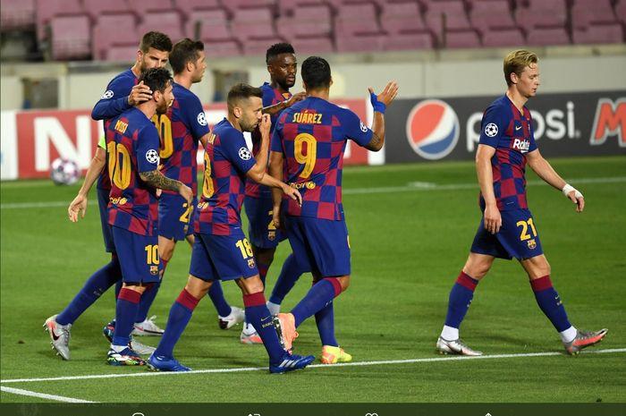 Para pemain Barcelona mengerubungi Luis Suarez setelah sang penyerang sukses mencetak gol ke gawang Napoli dalam kemenangan 3-1 di Camp Nou pada laga leg kedua babak 16 besar Liga Champions, Minggu (9/8/2020) dini hari WIB.