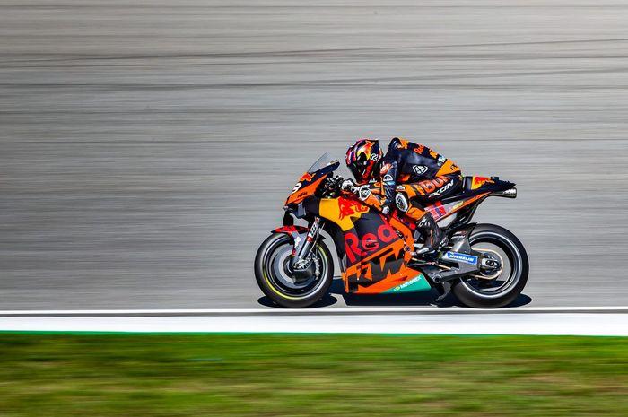 Aksi pembalap Red Bull KTM, Brad Binder, pada sesi kualifikasi MotoGP Republik Ceska yang digelar di SIrkuit Brno, Republik Ceska, 8 Agustus 2020.