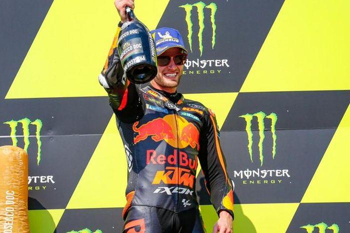 Pembalap Red Bull KTM, Brad Binder, berpose di podium juara MotoGP Republik Ceska di Sirkuit Brno, Minggu (9/8/2020).