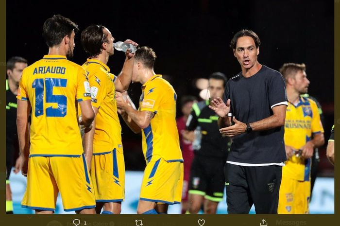 Alessandro Nesta memberikan instruksi kepada pemain klub Serie B, Frosinone.