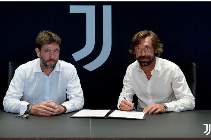 Andrea Pirlo (kanan) meneken kontrak sebagai pelatih Juventus didampingi presiden klub, Andrea Agnelli.