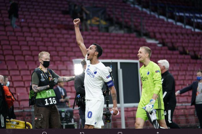 Kapten dan kiper Kobenhavn merayakan kelolosan mereka ke perempat final Liga Europa usai taklukkan Istanbul Basaksehir di babak 16 besar.