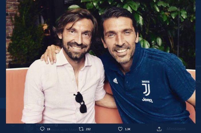 Gianluigi Buffon berpose dengan Andrea Pirlo, yang kini menjadi pelatih Juventus.