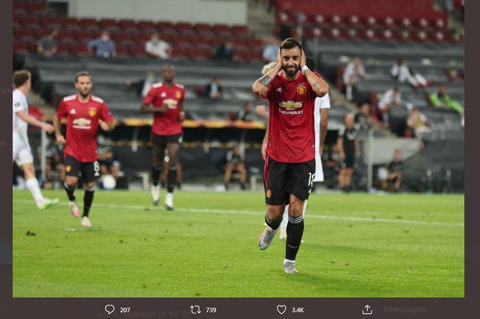 Bruno Fernandes merayakan golnya untuk Manchester United melalui tendangan penalti ke gawang FC Kobenhavn di perempat final Liga Europa di RheinEnergieStadion, Koeln, 10 Agustus 2020.