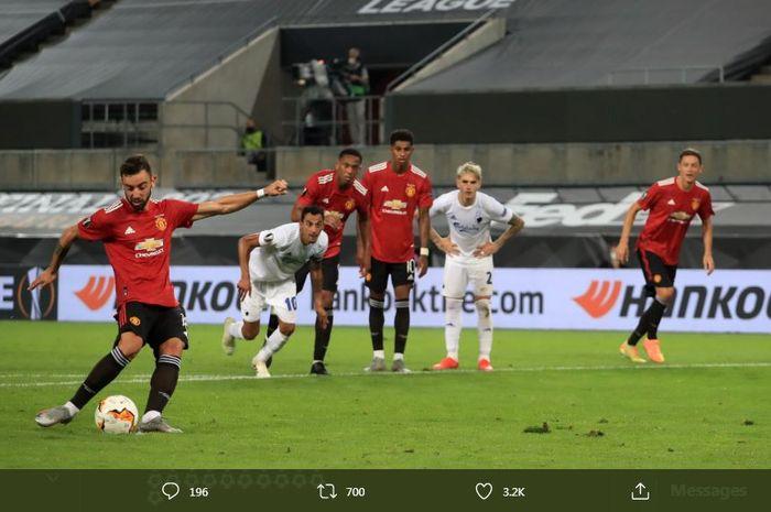 Bruno Fernandes mencetak golnya untuk Manchester United melalui tendangan penalti ke gawang FC Kobenhavn di perempat final Liga Europa di RheinEnergieStadion, Koeln, 10 Agustus 2020.