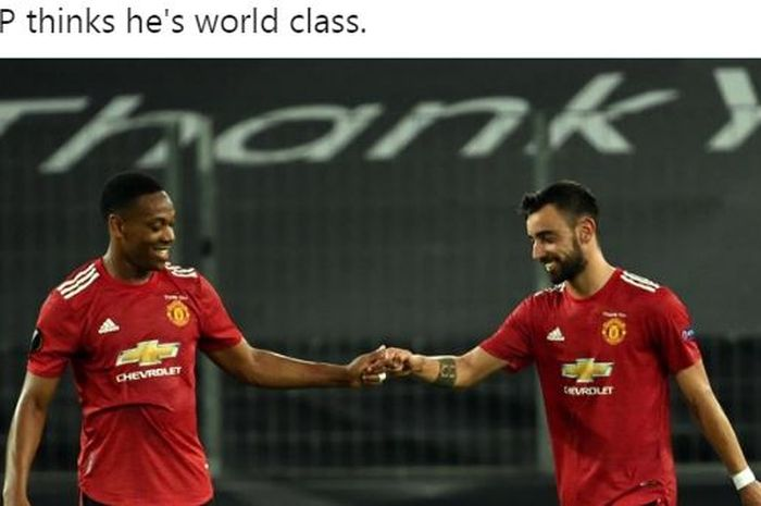 Dua pemain Manchester United, Anthony Martial dan Bruno Fernandes, merayakan kemenangan timnya atas FC Copenhagen dalam laga perempat final Liga Europa di Stadion Koeln, 10 Agustus 2020.