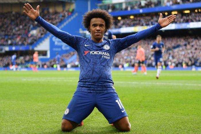 Momen Willian melakukan selebrasi usai mencetak gol ke gawang Everton kala masih berseragam Chelsea di laga Liga Inggris 2019-2020.