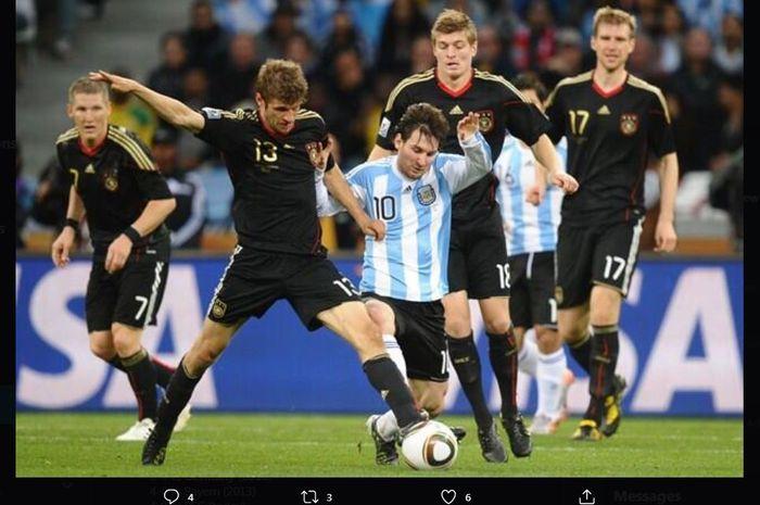 Lionel Messi berebut bola dengan Thomas Mueller dalam duel timnas Argentina vs Jerman di Piala Dunia 2010.