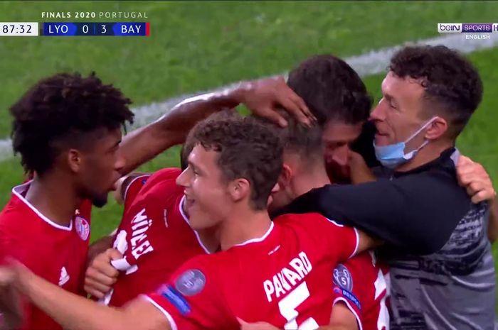 Selebrasi pemain Bayern Muenchen usai menang atas Lyon pada laga semifinal Liga Champions  di Estadio Jose Alvalade, Rabu (19/8/2020) atau Kamis dini hari WIB.