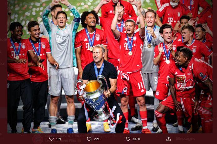 Hansi Flick memegang trofi juara Liga Champions setelah Bayern Muenchen mengalahkan PSG di final, 23 Agustus 2020.