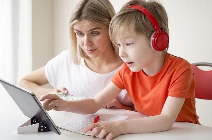 Ilustrasi anak belajar dari rumah bersama orang tua.