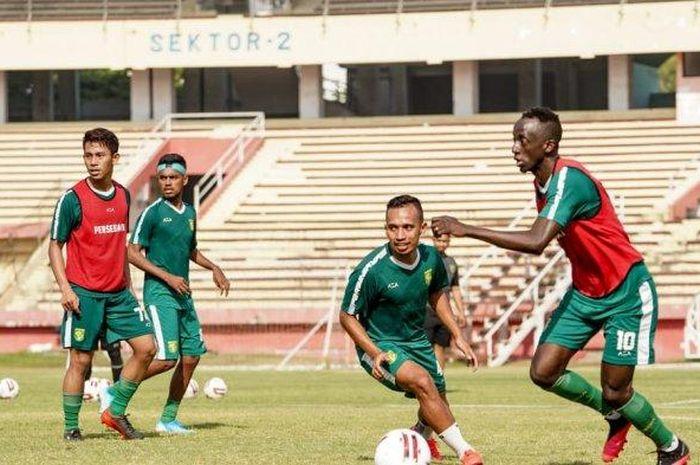 Makan Konate terlihat mengikuti sesi latihan Persebaya Surabaya di Stadion Gelora Delta, Sabtu (31/8/2020).