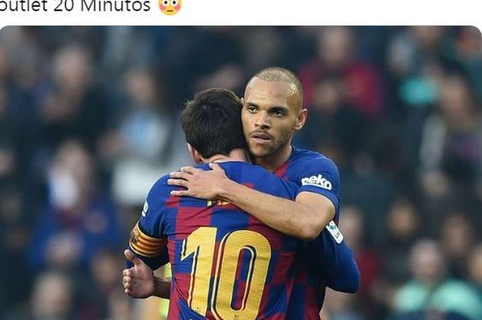 Penyerang Barcelona, Martin Braithwaite, memeluk Lionel Messi.
