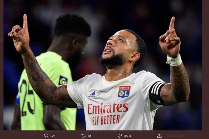 Selebrasi gol penyerang Olympique Lyon, Memphis Depay.