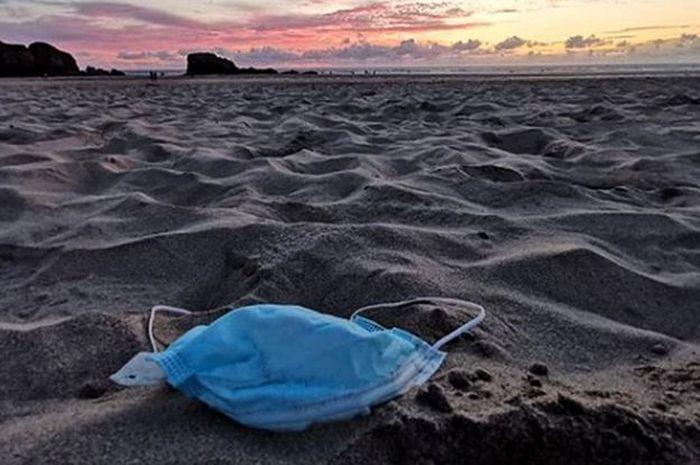 Ilustrasi sampah masker di pantai.