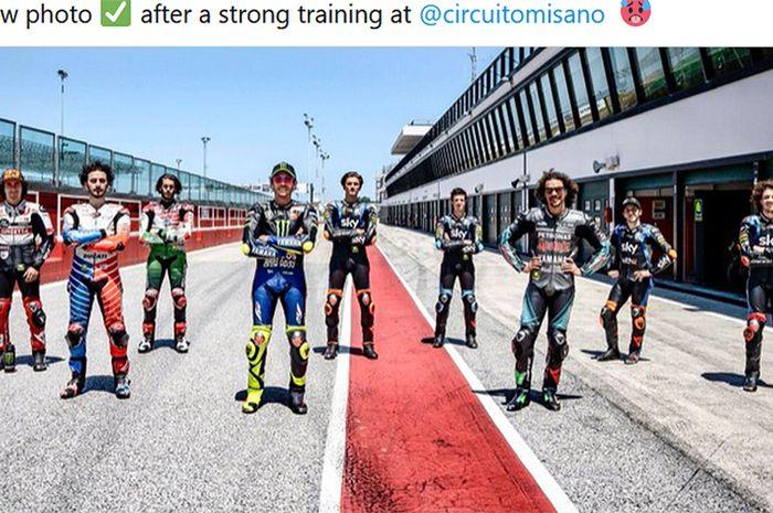 Valentino Rossi (4 dari kiri) berpose bersama para pembalap akademi VR46 saat berlatih di Sirkuit Misano, Italia, menjelang MotoGP 2020.