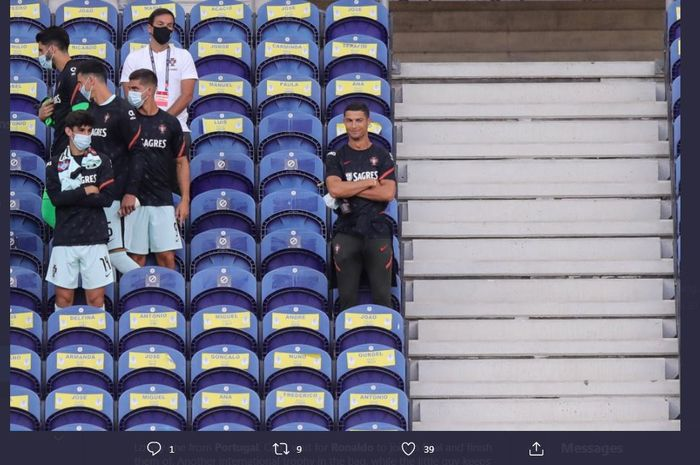 Cristiano Ronaldo menyaksikan duel UEFA Nations League antara timnas Portugal vs Kroasia dari tribune Stadion Do Dragao, 5 September 2020.