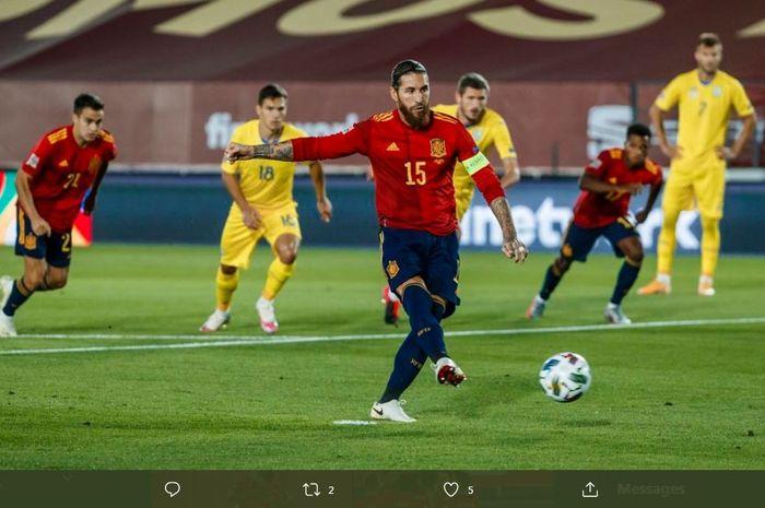 Sergio Ramos cetak gol penalti untuk timnas Spanyol ke gawang Ukraina pada laga UEFA Nations League di Stadion Alfredo Di Stefano, Madrid, 6 September 2020.