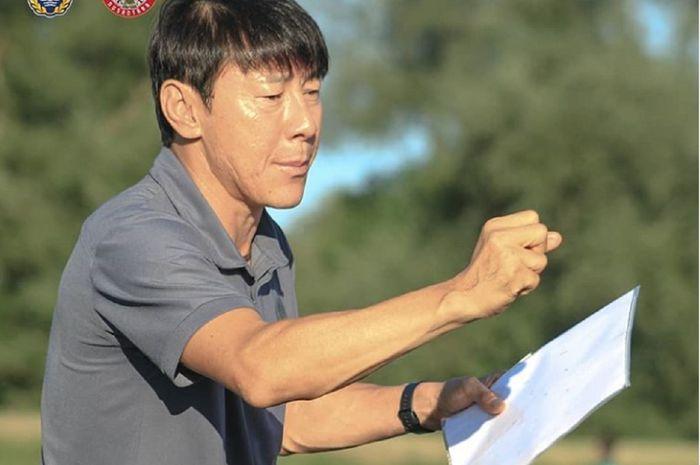 Pelatih Timnas U19 Indonesia Shin Tae-yong memberi arahan kepada para pemainnya menjelang duel kontra Kroasia, Selasa (8/9/2020) pukul 21.00 WIB.