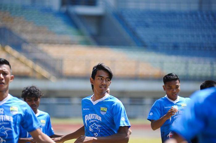 Pemain Persib U-19, Kakang Rudianto (tengah) mengikuti sesi latihan bersama tim senior Persib di Stadion Gelora Bandung Lautan Api (GBLA), Kota Bandung, Senin (7/9/2020).