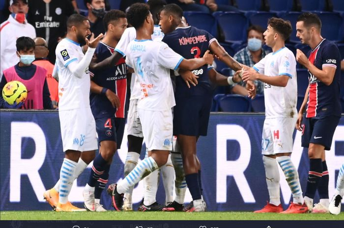 Para pemain Paris Saint-Germain dan Olympique Marseille terlibat bentrokan dalam laga Liga Prancis yang berlangsung di Parc des Princes, Minggu (13/9/2020).
