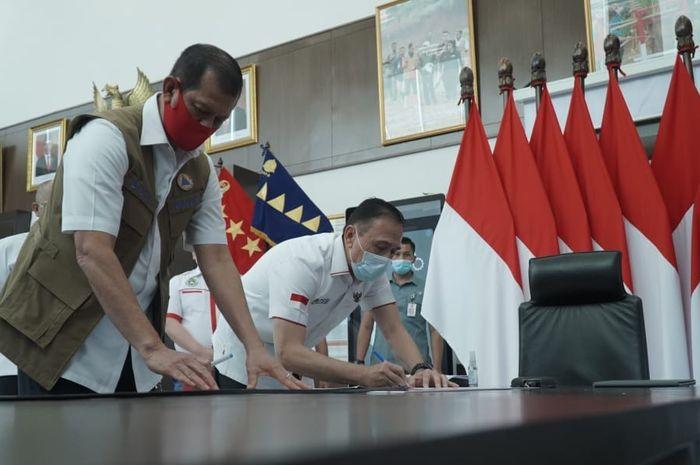 Ketua Umum PSSI, Mochamad Iriawan (kanan), dengan Ketua BNPB, Doni Monardo (kiri).
