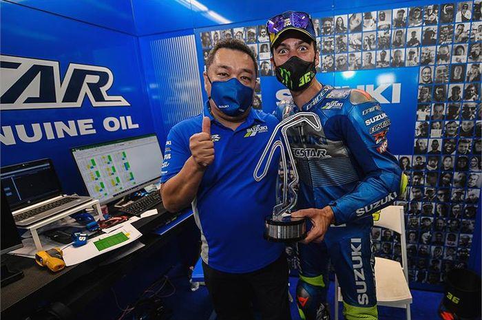 Pembalap Suzuki Ecstar, Joan Mir (kanan), dan Manajer Teknis Ken Kawauchi memamerkan trofi podium ketiga pada balapan MotoGP San Marino di Sirkuit Misano, Italia, 13 September 2020.