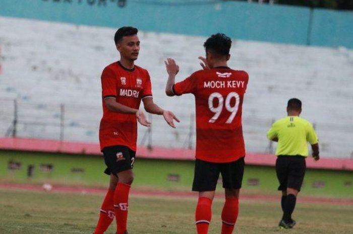Make Aldo Maulidino (kiri) saat merayakan gol ke gawang Martapura FC, Rabu (16/9/2020) di Stadion Gelora Delta, Sidoarjo.