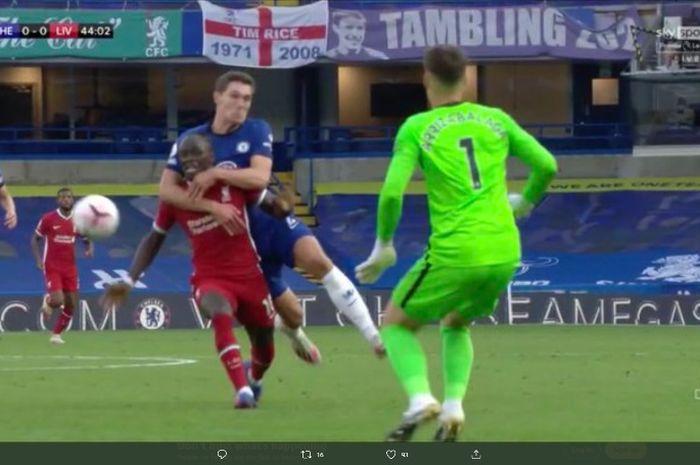 Striker Chelsea, Sadio Mane, dilanggar bek Chelsea dalam laga di Stamford BRidge, Minggu (20/9/2020).