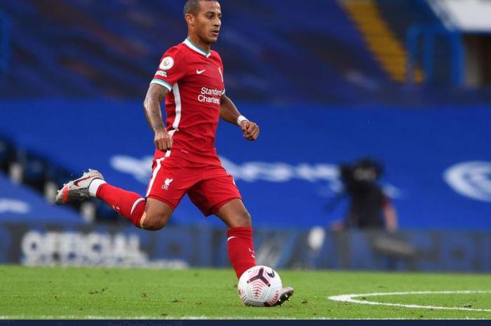 Gelandang Liverpool, Thiago Alcantara, melakukan debutnya dalam laga melawan Chelsea, Minggu (20/9/2020).