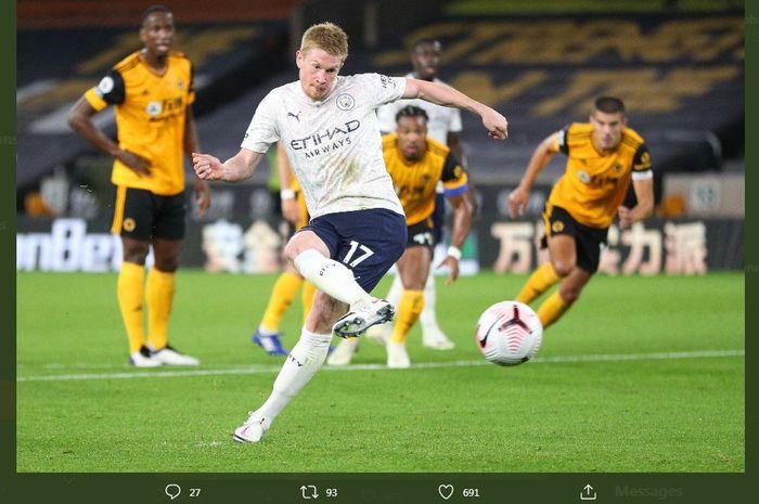 Kevin De Bruyne cetak gol penalti dalam laga Woverhampton vs Manchester City di Molineux, 21 September 2020.