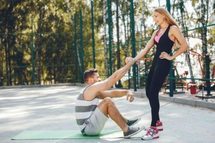 Pasangan sedang melakukan olahraga di pagi hari. Lebih banyak keuntungannya, di antaranya udara masih segar.