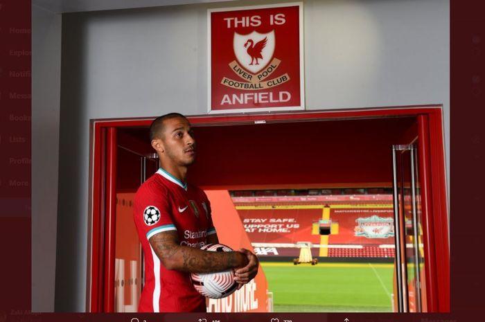 Thiago Alcantara berpose di dekat simbol This is Anfield saat diperkenalkan Liverpool sebagai pemain anyar.