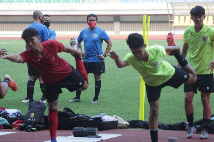 Pelatih timnas U-16 Indonesia, Bima Sakti, mengawasi para pemainnya dalam pemusatan latihan di Stadion Wibawa Mukti, Cikarang, Kabupaten Bekasi, Selasa (22/9/2020).
