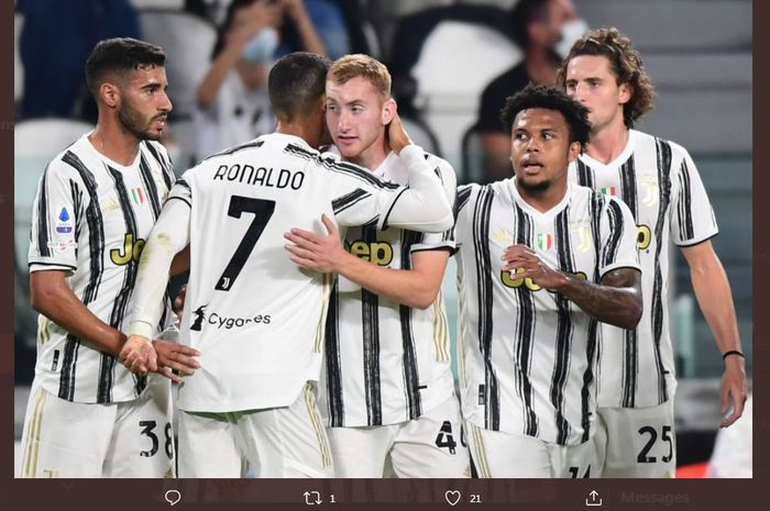 Cristiano Ronaldo berpelukan dengan Dejan Kulusevski setelah mencetak gol bagi Juventus.