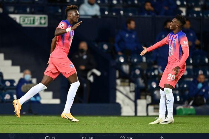 Momen penyerang Chelsea, Tammy Abraham, disambut Callum Hudson-Odoi, usai mencetak gol penyama kedudukan 3-3 kala melawan West Bromwich Albion, Sabtu (26/9/2020).
