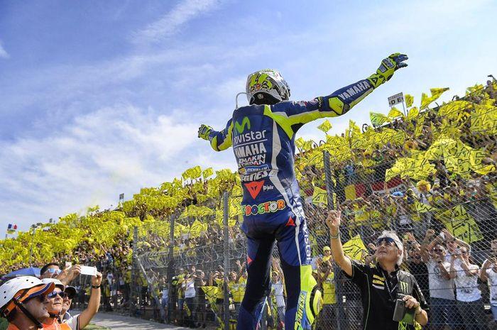 Valentino Rossi berdiri di hadapan para penggemarnya di MotoGP.
