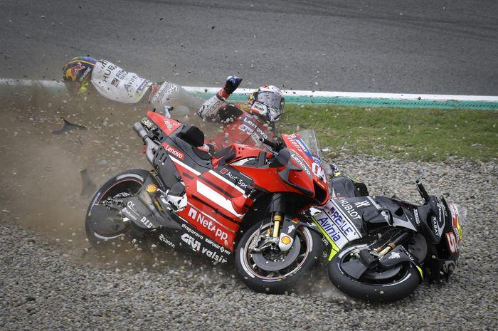 Pembalap Ducati, Andrea Dovizioso, seusai kecelakaan pada MotoGP Catalunya di Circuit de Barcelona-Catalunya, Minggu (27/9/2020).