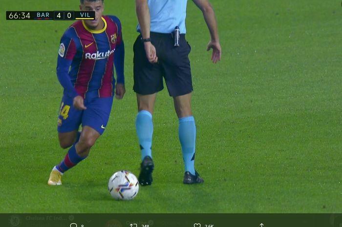 Momen Philippe Coutinho mengolongi wasit  pada laga Barcelona kontra Villarreal di Stadion Camp Nou.