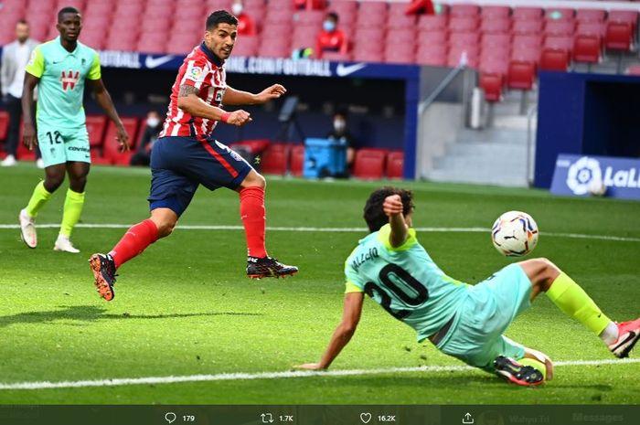 Luis Suarez mencetak gol untuk Atletico Madrid dalam laga melawan Granada.