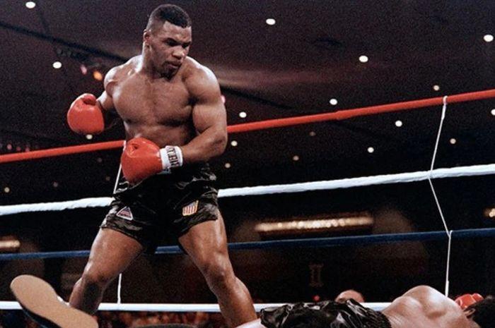 Mike Tyson menjalani laga comeback melawan Roy Jones Jr.