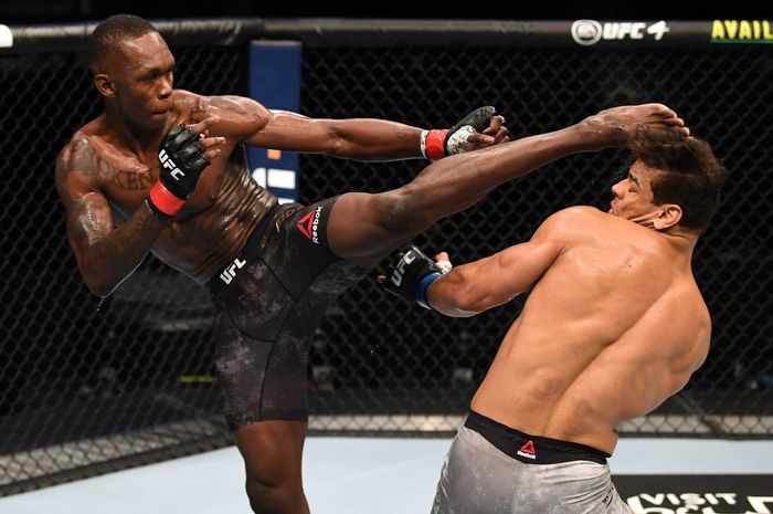 Aksi tendangam Israel Adesanya kala mengalahkan Paulo Costa di UFC 253 September 2020 lalu.