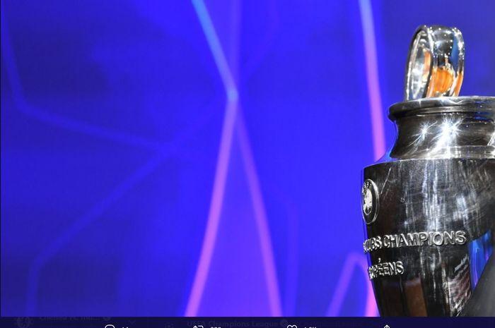 Trofi Liga Champions dipamerkan pada momen pembagian grup Liga Champions.