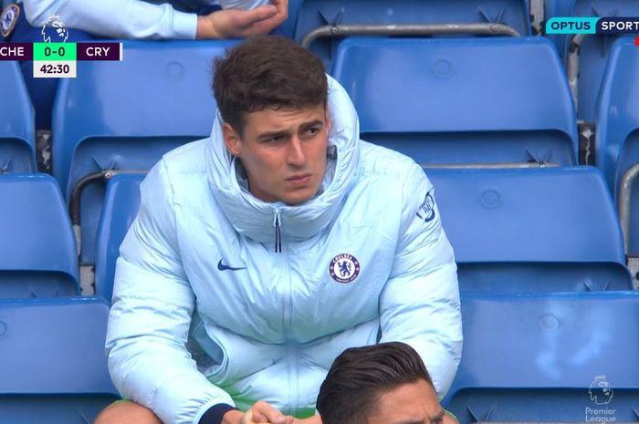 Kiper Chelsea, Kepa Arrizabalaga, duduk di bangku pemain cadangan.
