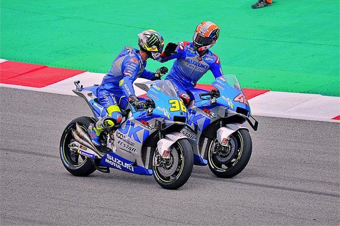 Dua pembalap Suzuki Ecstar, Joan Mir (kiri) dan Alex Rins, saling memberikan ucapan selamat setelah meraih podium ganda pada balapan MotoGP Catalunya di Sirkuit Catalunya, Spanyol, 27 September 2020.