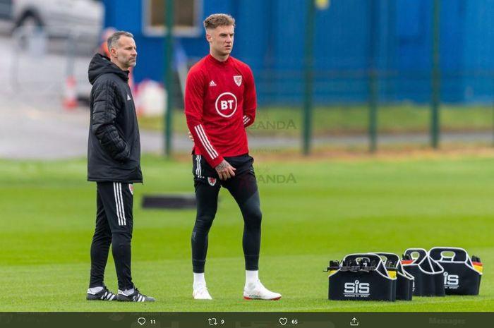 Bek tengah asal Wales, Joe Rodon (kanan), sedang bersama Ryan Giggs di momen latihan timnas Wales.