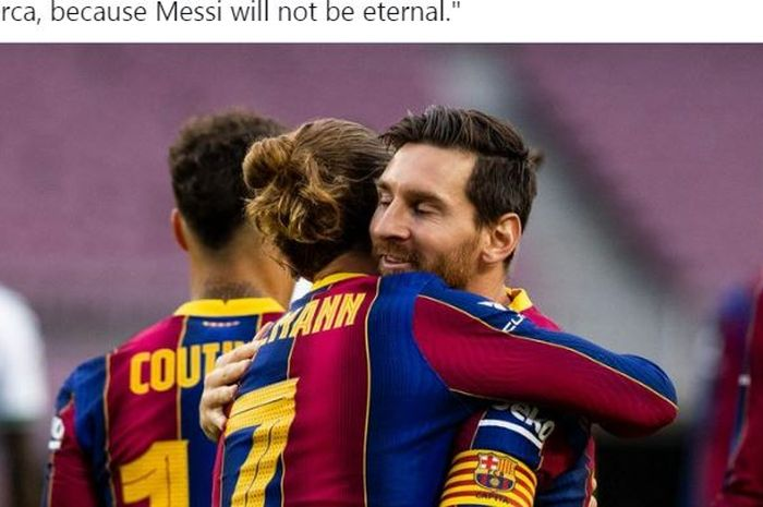 Penyerang Barcelona, Antoine Griezmann, berpelukan dengan Lionel Messi.