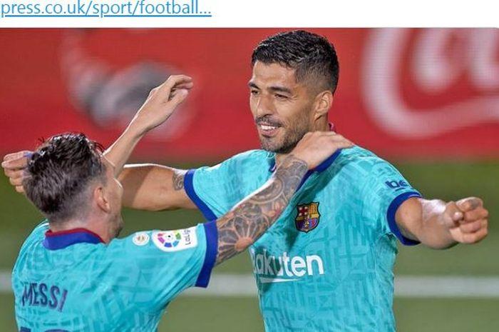 Megabintang Barcelona, Lionel Messi, memeluk Luis Suarez.