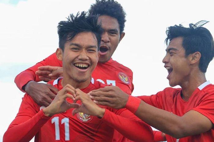 Sayap Timnas U-19 Indonesia Witan Sulaeman (kiri) selebrasi dengan rekan-rekannya usai membobol gawang Timnas U-19 Makedonia Utara dalam uji coba di Kroasia, Minggu (11/10/2020).