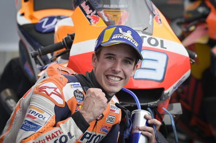 Pembalap Repsol Honda, Alex Marquez, berpose seusai balapan MotoGP Prancis di Sirkuit Le Mans, Minggu (11/10/2020).